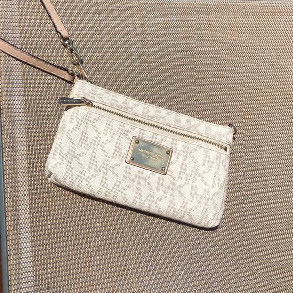 Michael Kors Handbags - 🥂MK WRISTLET WALLET🥂